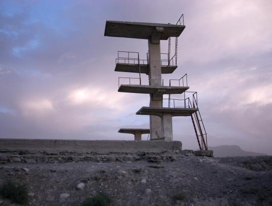 Kabul: Sprungturm des stillgelegten Schwimmbads auf dem Graveyard Hill